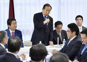 自民党の全国幹事長会議であいさつする二階幹事長(中央)。左は安倍首相=24日午後、東京・永田町の党本部