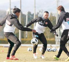 全体練習でボールを奪い合う新加入の阿部(中央)とジャーメイン(左)=12日、仙台市の泉サッカー場