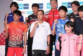 記者会見を終え、ガッツポーズで記念写真に納まる(中列左から)村沢明伸、大迫傑らMGC出場選手たち=13日、東京都内のホテル