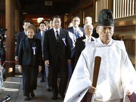 集団参拝する「みんなで靖国神社に参拝する国会議員の会」のメンバーら=20日午前、東京・九段北