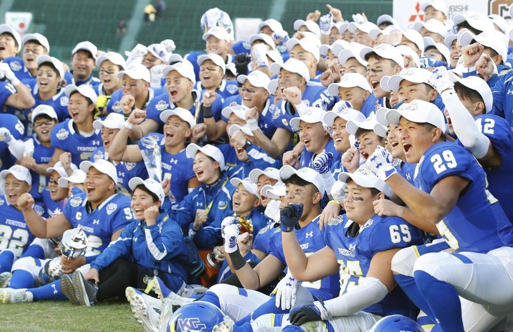 史上最多を更新する30度目の優勝を喜ぶ関学大の選手ら=2019年12月15日、阪神甲子園球場