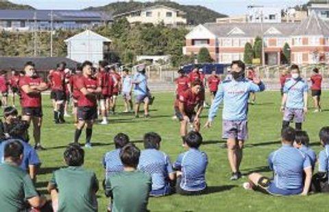 地元の高校生を指導する日野レッドドルフィンズの選手ら(23日、和歌山県串本町サンゴ台で)