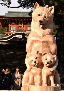 防府天満宮で参拝客たちを出迎えるチェーンソーアートの犬の親子(撮影・天畠智則)