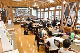 小中高生でにぎわう旧長井小第一校舎=長井市