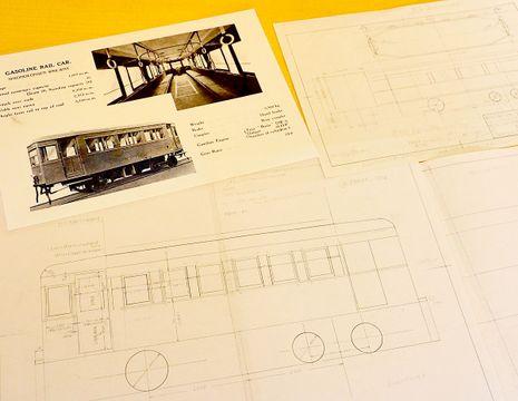 発見した設計図を基に生徒が作成した図面と、川崎重工に保存されているガソリンカーのカタログの写し