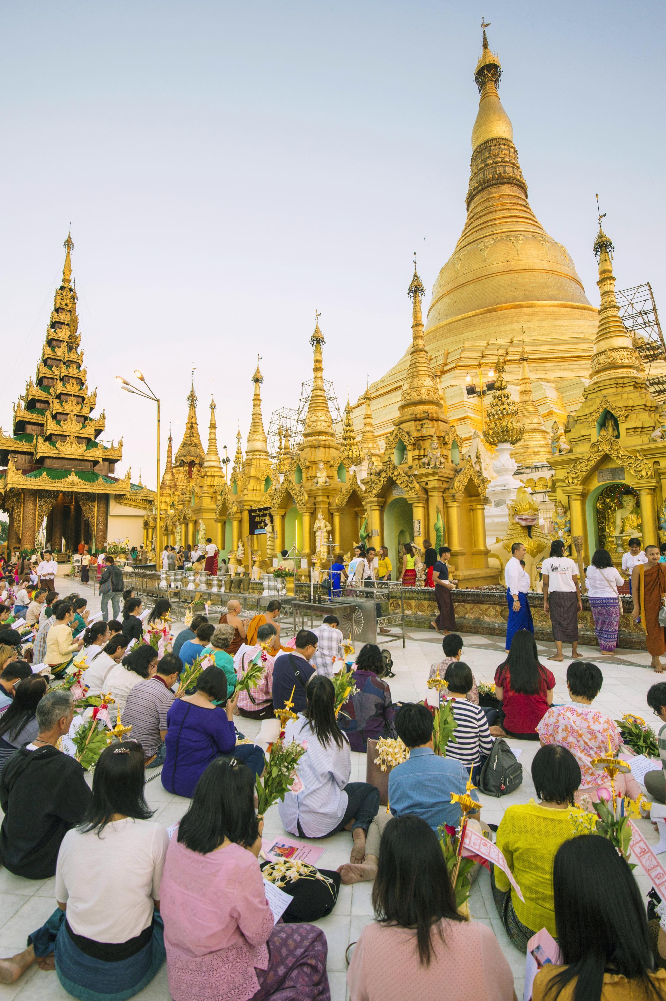 活動禁止期間中にミッターがよく訪れた最大都市ヤンゴンの仏塔、シュエダゴン・パゴダ。この日も大勢の人たちが祈りをささげていた(撮影・村山幸親、共同)