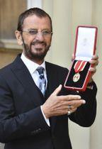 ナイト爵位を授与され、写真撮影に応じるリンゴ・スターさん=20日、ロンドン(AP=共同)