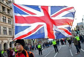9日、英ロンドンでデモを行うEU離脱賛成派の若者(ロイター=共同)