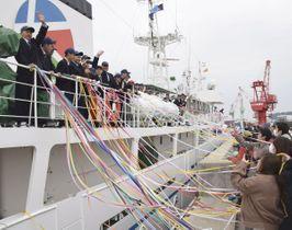 家族らの見送りを受け、遠洋航海に向かう実習生=多度津港