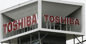 東京都港区のビルの屋上に掲げられた東芝の看板=2017年3月