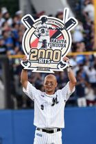 2000安打を達成した福浦和也=22日、千葉市美浜区のZOZOマリンスタジアム