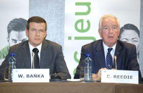 記者会見するWADAのリーディー委員長。左はバンカ次期委員長=9日、ローザンヌ(共同)