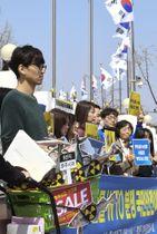 水産物輸入禁止措置を巡り、WTOで韓国勝訴の判断が出たことを喜ぶ市民団体=12日、ソウル(共同)
