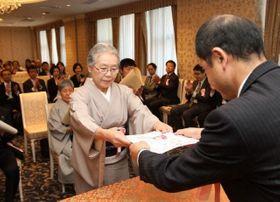 山陽新聞社賞を受賞し、賞状を受け取る東さん(中央)