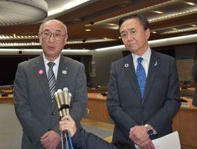 記者団の取材に応じる黒岩知事(右)と桐谷教育長=県庁