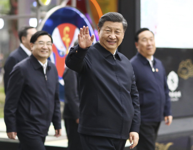 中国陝西省西安市を視察する習近平国家主席(中央)=22日(新華社=共同)