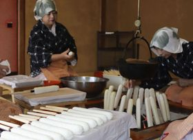 最盛期を迎えた、きりたんぽ作り=19日、秋田市
