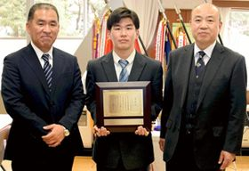 松浦会長から表彰状を受けた内山前主将(中央)。横山部長(左)が同席した