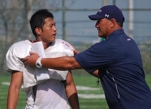 昨U19日本代表チームの副将を務めた慶応のDB三津谷を熱心に指導するスタントHC=19日、日吉グラウンド