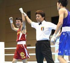ボクシングフライ級で初優勝した作新の平塚駿之介(左)=3日午前、宮崎市総合体育館