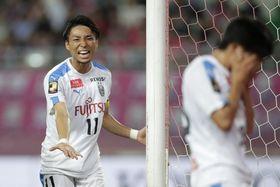 C大阪―川崎 後半、ゴール前でパスがつながらず悔しがる川崎・小林(左)=ヤンマー