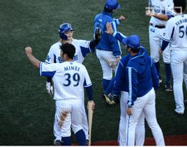 イースタン・リーグの最終戦に出場し、サヨナラ勝ちを決める本塁を踏んで仲間とハイタッチする横浜DeNA・石川=横須賀