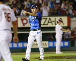 延長12回1死一塁、楽天・茂木にサヨナラ2ランを浴び、ベンチに戻る西武・斉藤大