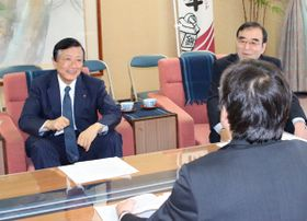 【竹上市長(手前)に提言する谷川会頭(左)=松阪市役所で】