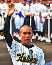 開会式で選手宣誓する北部農林の岸本宗太主将=日午前9時36分、沖縄市・コザしんきんスタジアム