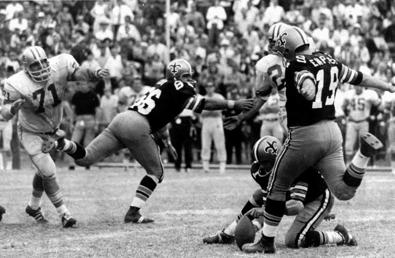 1970年のライオンズ戦で63ヤードのFGを成功させたセインツ時代のトム・デンプシーさん(19)(AP=共同)