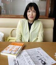 「天国にいる娘に供養としてこの本をささげます」と話す青木さん