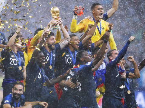 2度目の世界一に輝き、表彰式で大喜びするエムバペ(中央)らフランスイレブン=モスクワ(共同)