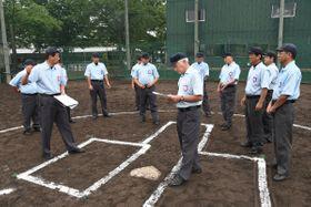 青森県高野連付属審判部の八戸支部とむつ支部が合同で開いた講習会=工大一高グラウンド