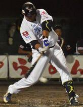 群馬―福井 1回裏群馬2死二塁、カラバイヨが青木をかえす先制打を放つ=前橋市民