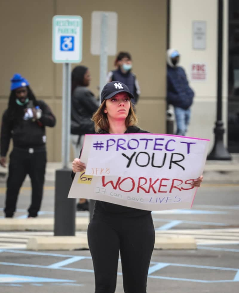 3月30日、ニューヨークで抗議活動を行うアマゾン・コムの従業員(AP=共同)