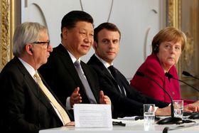 26日、パリの大統領府で記者会見する(左から)EUのユンケル欧州委員長、中国の習近平国家主席、フランスのマクロン大統領、ドイツのメルケル首相(ロイター=共同)