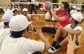 中国の代表選手からトスの上げ方を学ぶ児童=千葉市美浜区の高浜第一小で