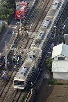 踏切で乗用車と衝突し、先頭車両が脱線した小田急線の車両=19日午後4時18分、神奈川県厚木市(共同通信社ヘリから)