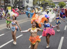 第49回神戸まつりでサンバのリズムに合わせて踊る女性たち=19日午後、神戸市