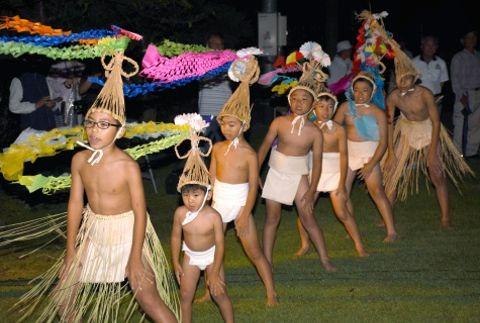 元気な掛け声とともにソラヨイを踊る子どもたち=南九州市知覧の浮辺地区公民館