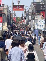 大型連休中は大勢の観光客らでにぎわった鎌倉小町通り=4日午後、鎌倉市