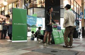 石木ダム建設問題の公開討論会開催を求める街頭署名活動=13日、長崎市浜町のアーケード