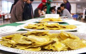 会場に展示されたかんころ餅の原料=新上五島町石油備蓄記念会館