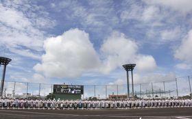 梅雨明けとともに開幕した全国高校野球選手権の沖縄大会=23日午前、沖縄県沖縄市