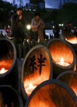 阪神大震災の追悼会場に並ぶ竹灯籠に書かれた「絆」の文字=17日夕、神戸市中央区の東遊園地