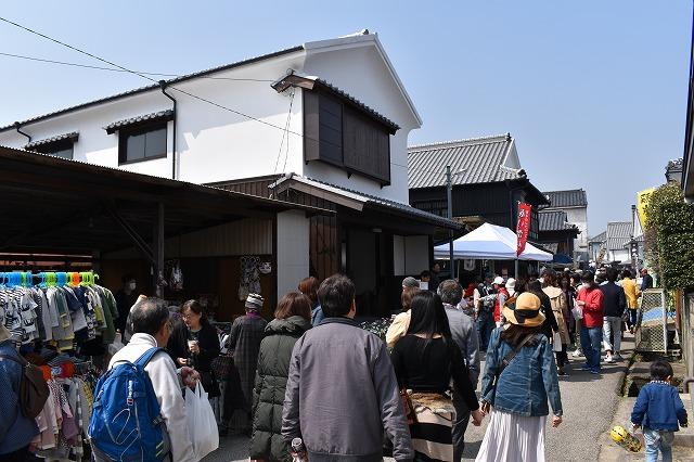 ツーリズムの期間中は酒蔵が並ぶ通りに多くの人が訪れ、賑わう=2018年3月、佐賀県鹿島市