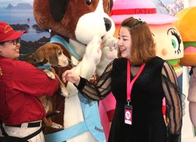 国際クルーズの検疫や広報活動に取り組んだ検疫探知犬のタンクら=佐世保港国際ターミナル