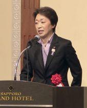 札幌市で開かれた自民党の会合であいさつする橋本五輪相=14日