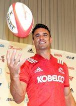 神戸製鋼のジャージーに袖を通し、ボールを手に笑顔を見せるダン・カーター選手=16日午後、神戸市東灘区向洋町中2(撮影・大森 武)