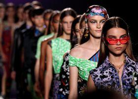 イタリア・ミラノで行われたベルサーチのファッションショー=21日(ロイター=共同)